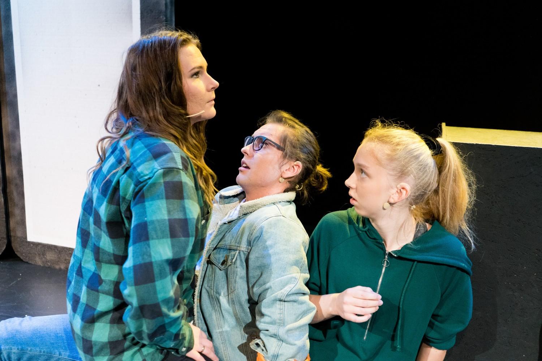 Tre skuespillere på scenen under musikalen Alene Sammen på Musikkens Hus.