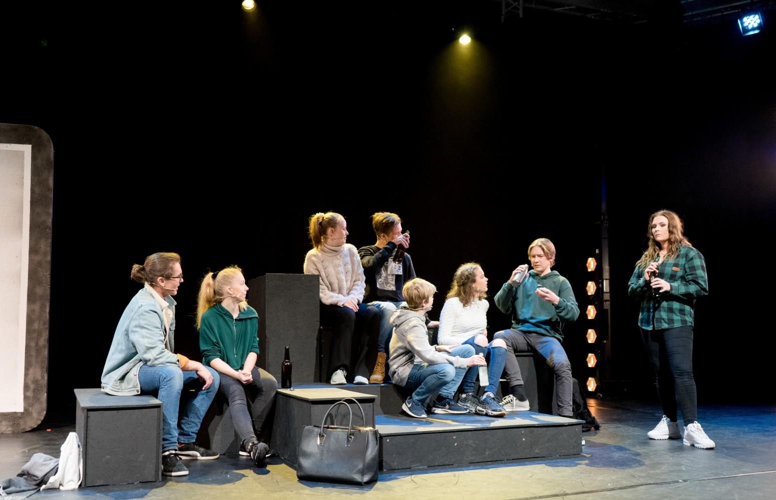 Skuespillerne i musikalen Alene Sammen sitter på scenen.