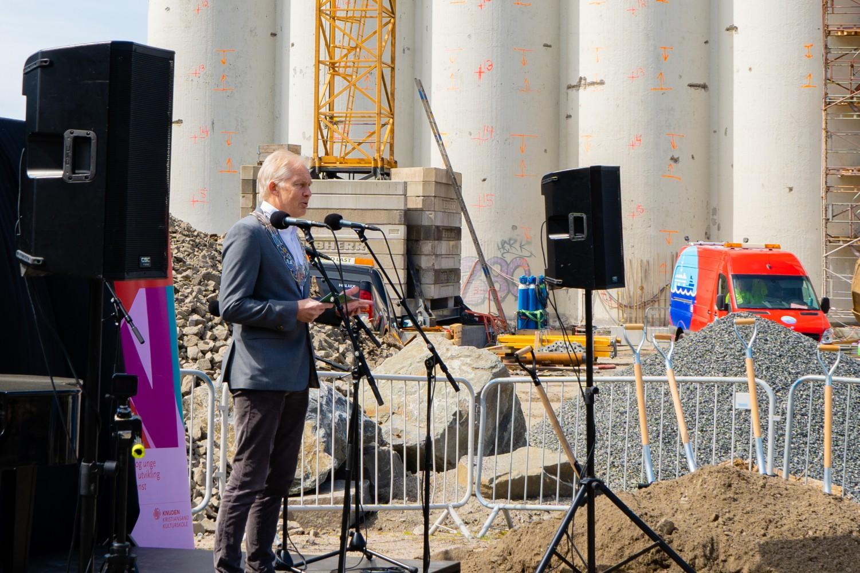 Ordfører i Kristiansand taler til de fremmøtte på byggeplass