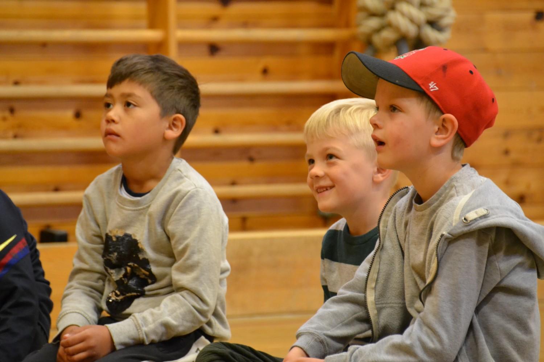 Elever følger med og smiler på forestilling