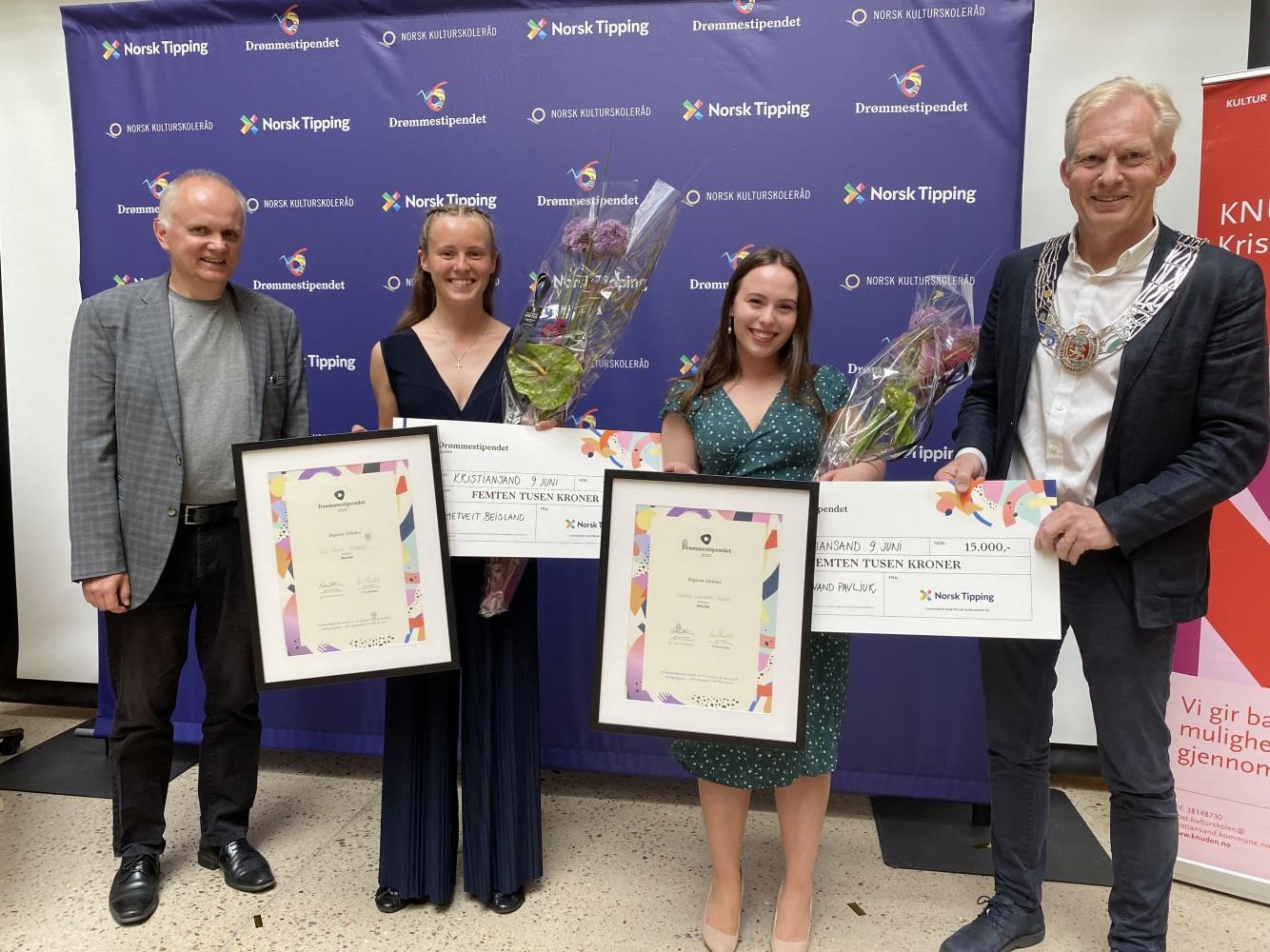 Drømmestipendvinnerne, rektor og ordfører smilende foran Norsk tipping-vegg
