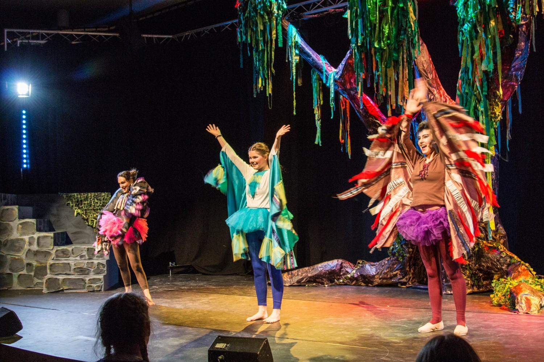 Elever på scenen under musikalen Jungelboken på Knuden - Kristiansand kulturskole