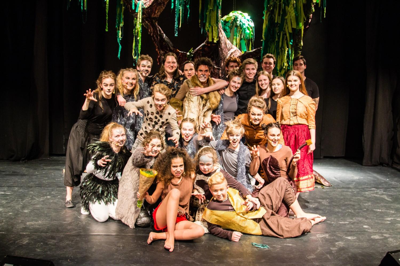 Bilde av alle medvirkende i musikalen Jungelboken på kulturskolen 2018.