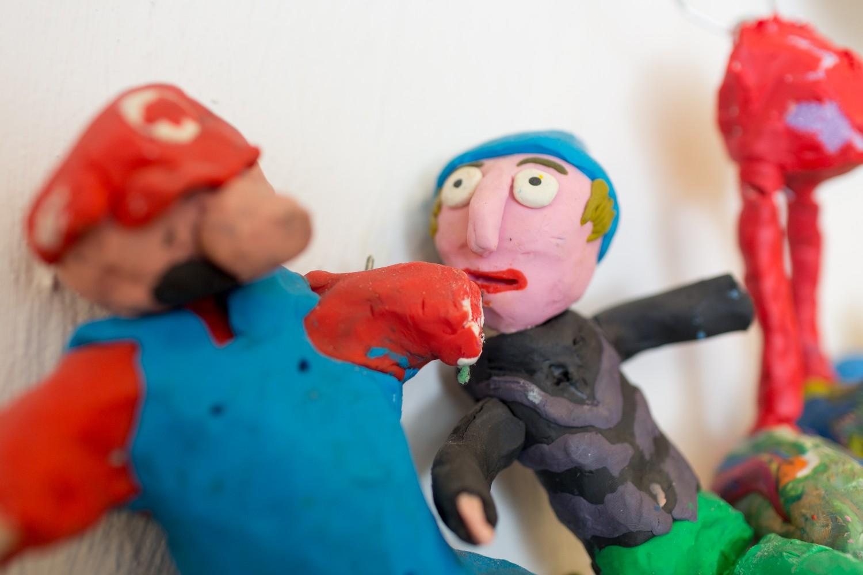 Nærbilde av to figurer laget av plast. Foto.