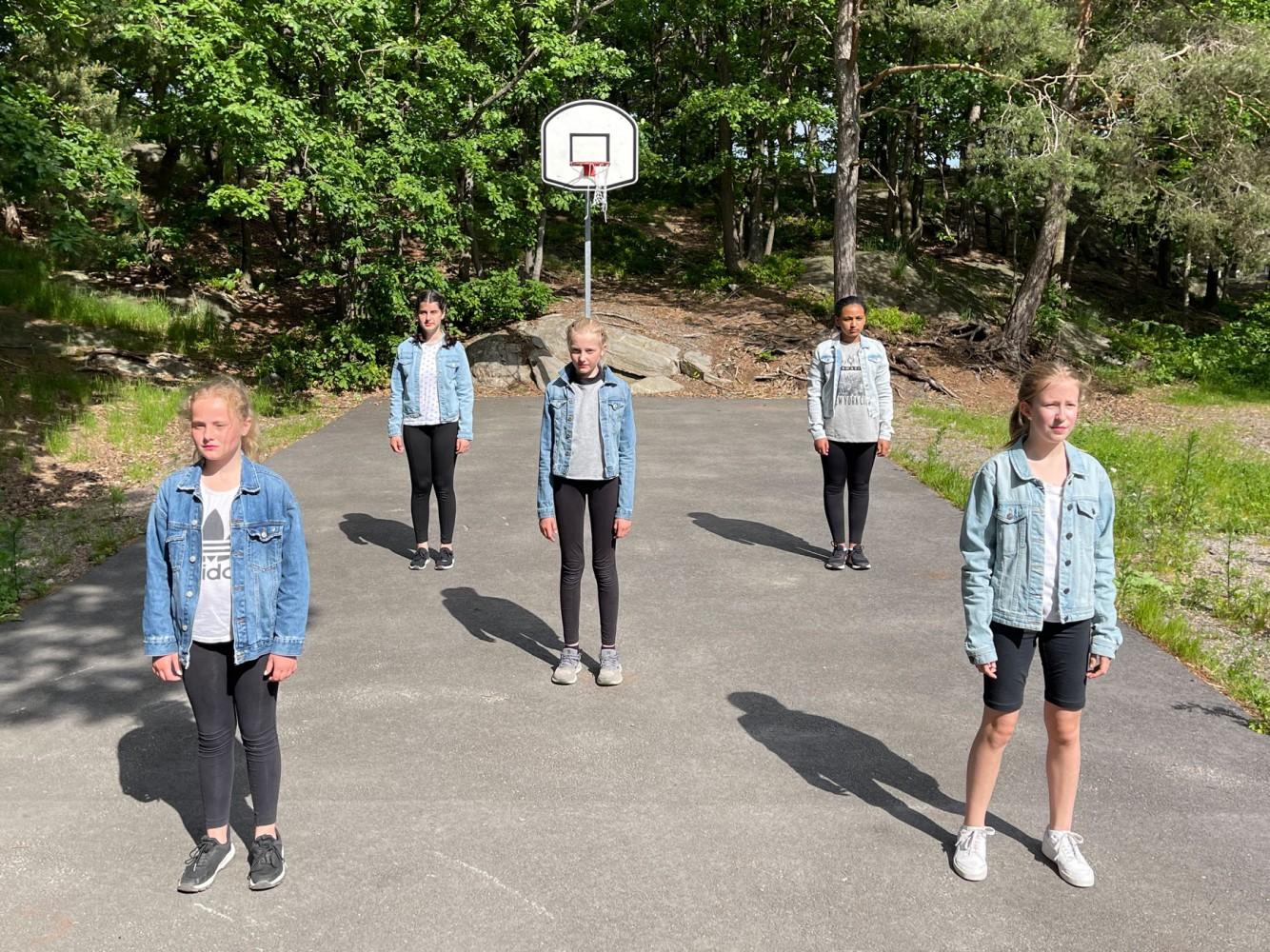 Danseelever øver koreografi utendørs på Slettheia. Foto.
