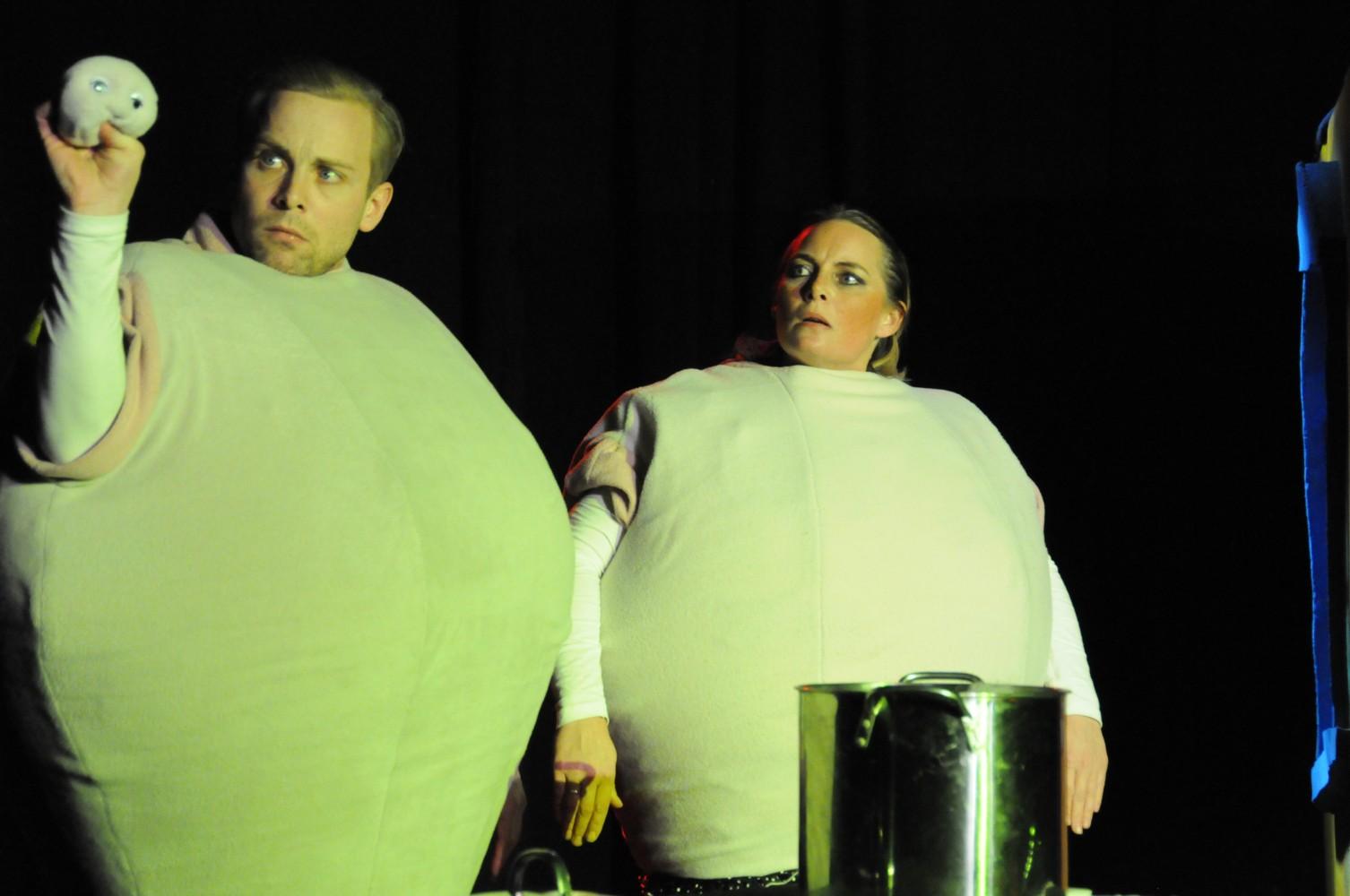 To personer på scenen i kledd som komper. Foto.