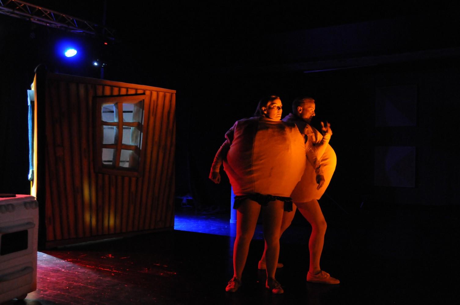 To mennesker på scenen som er kledd ut som komper. Foto.