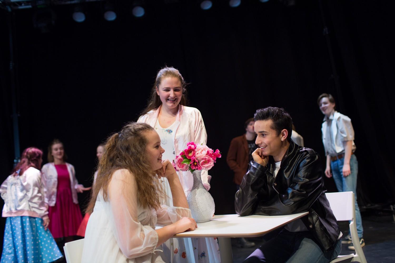 To elever under forestillingen fame, som er dypt forelsket. Foto.