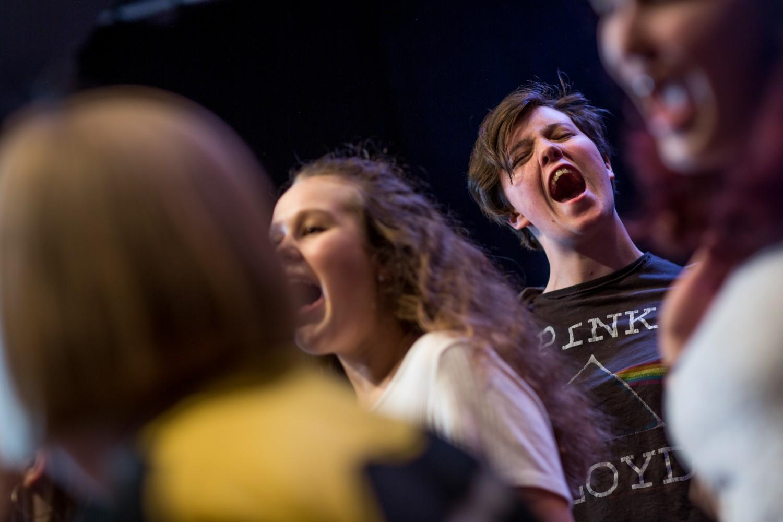 Et nærbilde av en gruppe mennesker som synger kor. Foto.