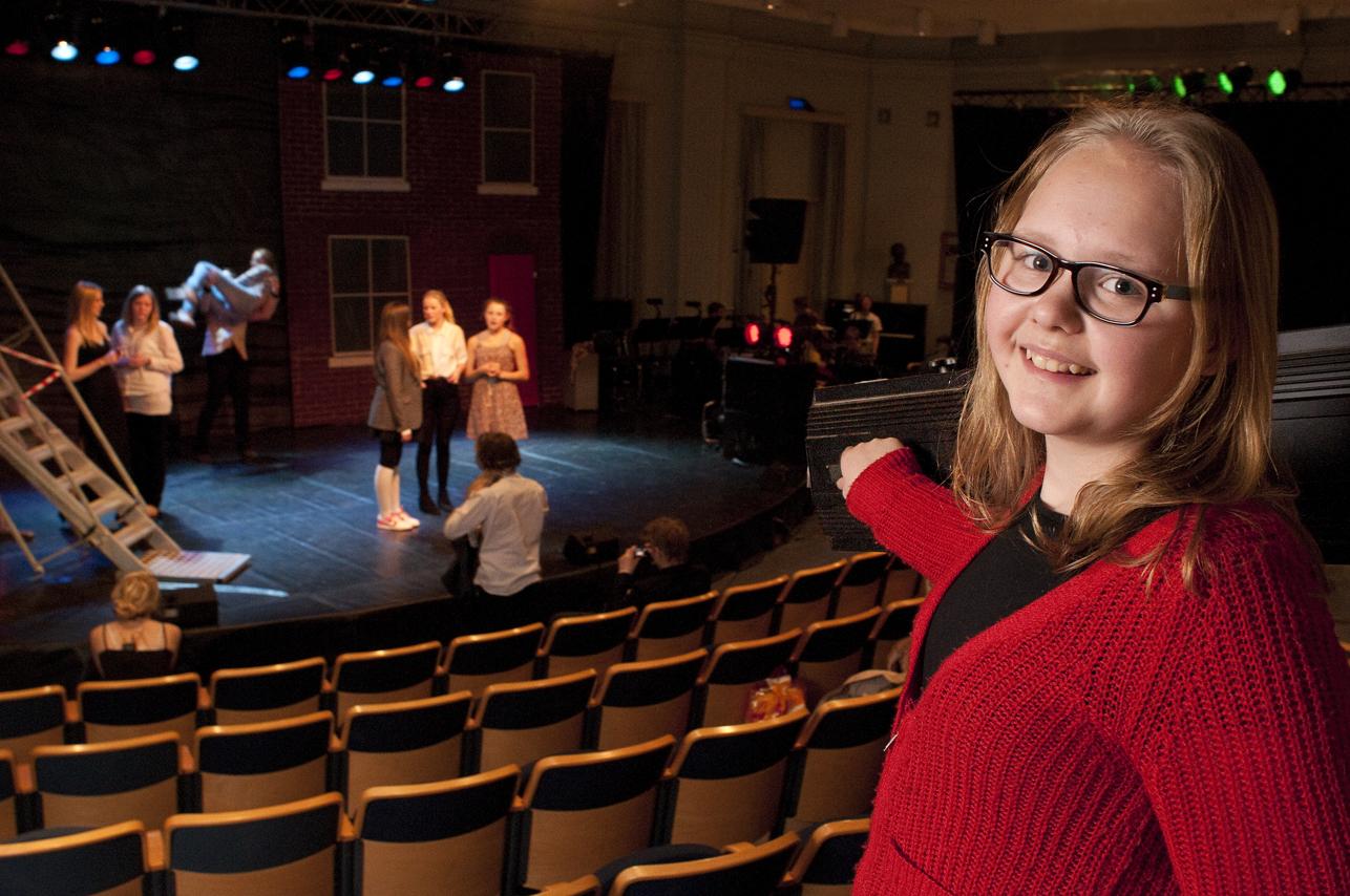 En elev foran scenen. Foto.