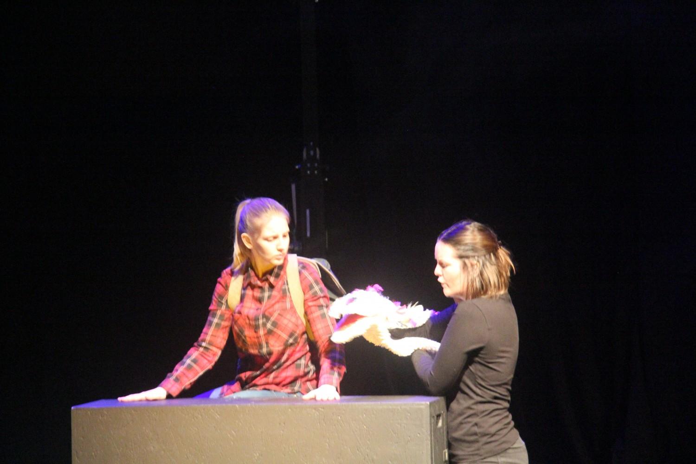 To personer på scenen som har en diskusjon. Foto.