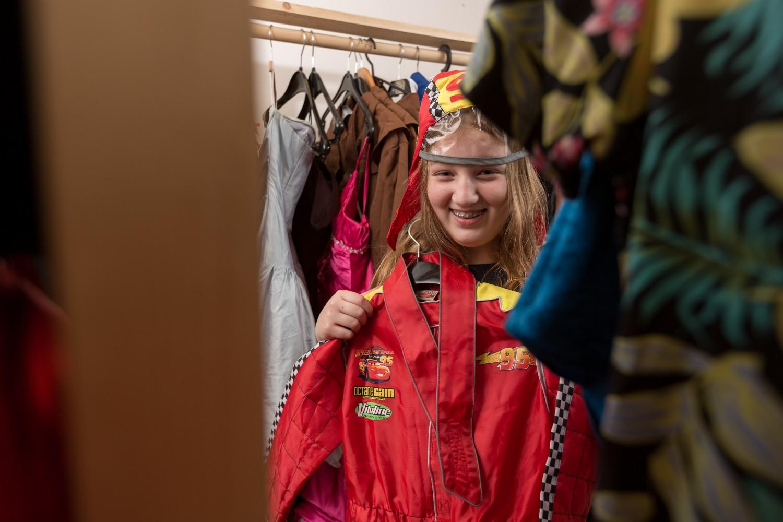 en elev dom prøver forskjellige kostymer. Foto.