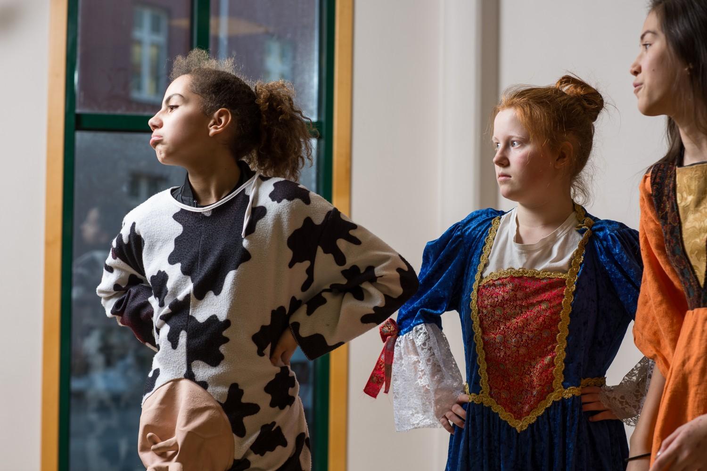 Tre elever under undervisning. Foto.
