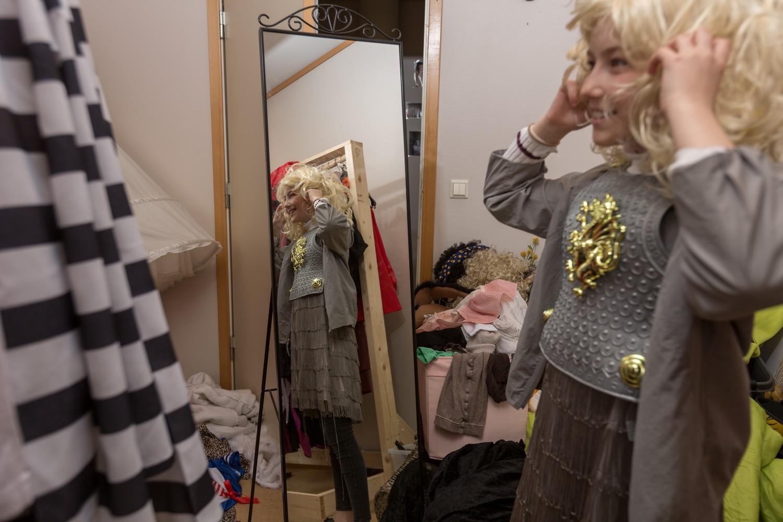 En elev som prøver kostyme. Foto.