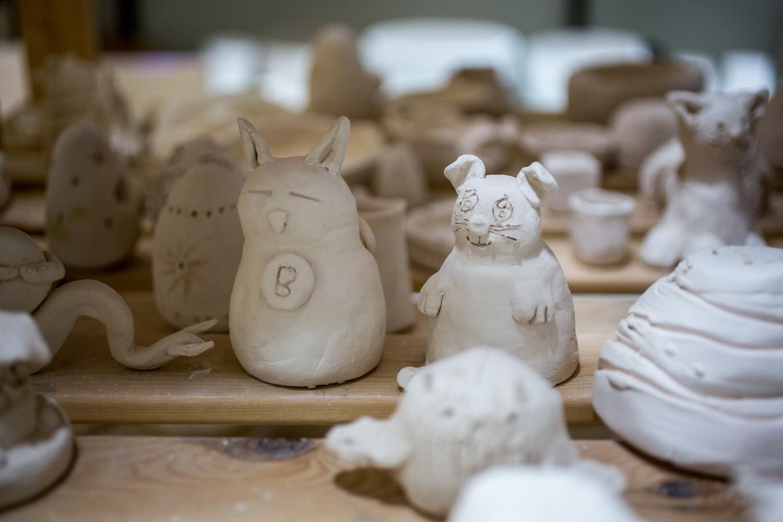 Nærbilde av figurer laget av leire. Foto.