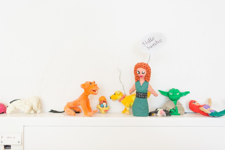 Åtte figurer på en knagg, laget av plaster. Foto.