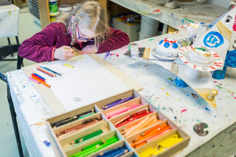 En elev som tegner. Foto.