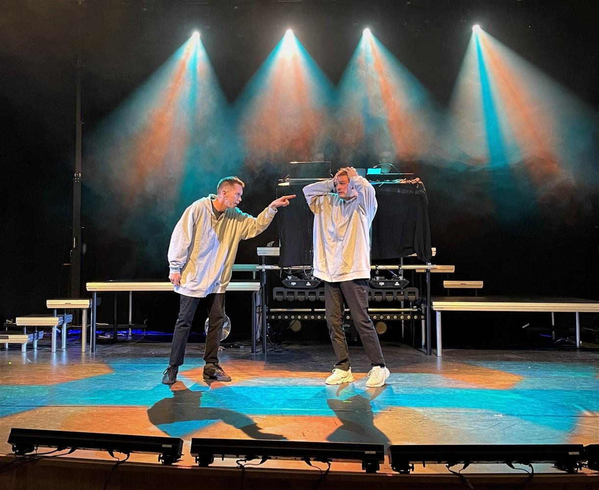 To skuespiller på en scene. Foto.